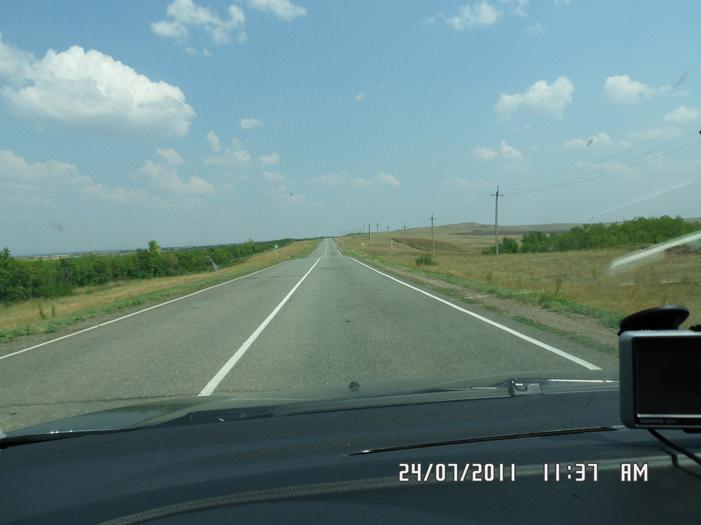 Дорога среди степей и полей дорога не