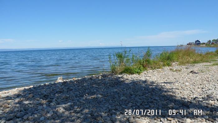 Галечный пляж байкала
